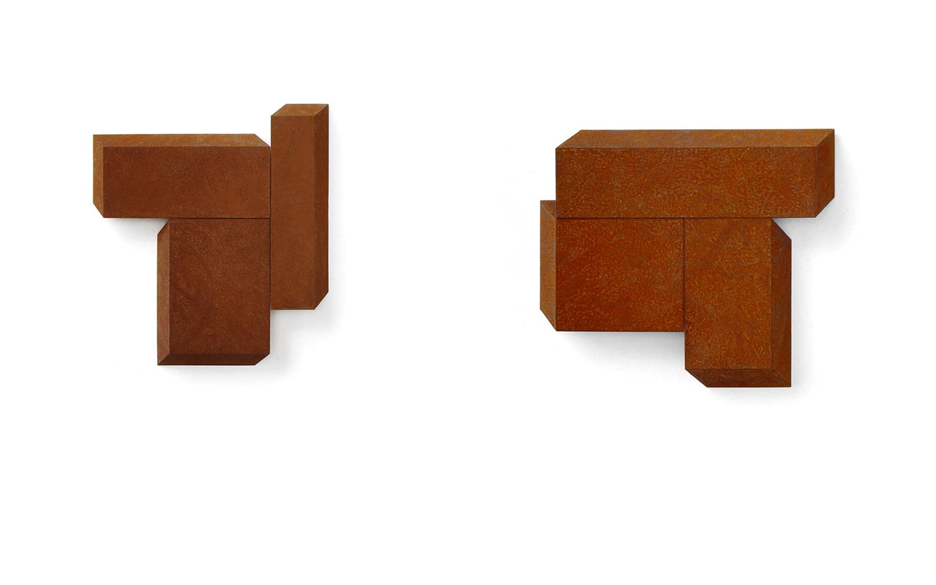 left: PLAZA I, three parts, 2005 Steel rusted 53.5 × 47 × 5.5 cm / right: PLAZA III, three parts, 2005 Steel rusted 59.5 × 64.5 × 5.5 cm - Photos: Christoph Valentien