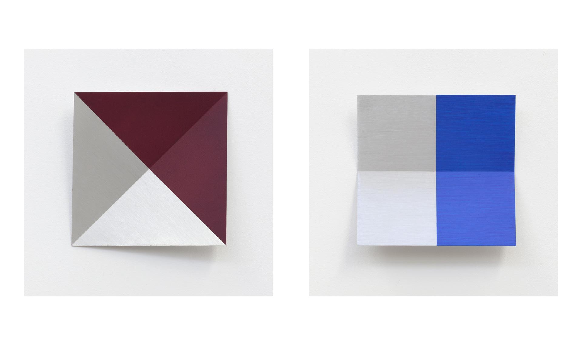 left: O. T. (bordeaux), 1995 Acrylic on aluminum 30 × 30 × 5 cm / right: O. T. (blau), 1995 Acrylic on aluminum 30 × 30 × 5 cm - Photos: Christoph Valentien