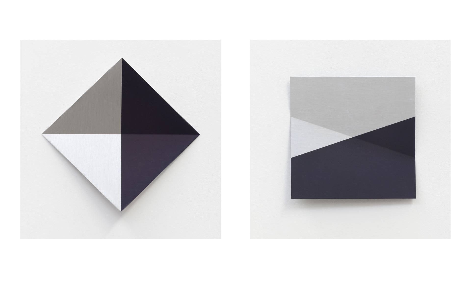 left: O. T. (dunkelblau), 1995 Acrylic on aluminum 42.4 × 42.4 × 5 cm / right: O. T. (violett dunkel), 1995 Acrylic on aluminum 30 × 30 × 5 cm - Photos: Christoph Valentien