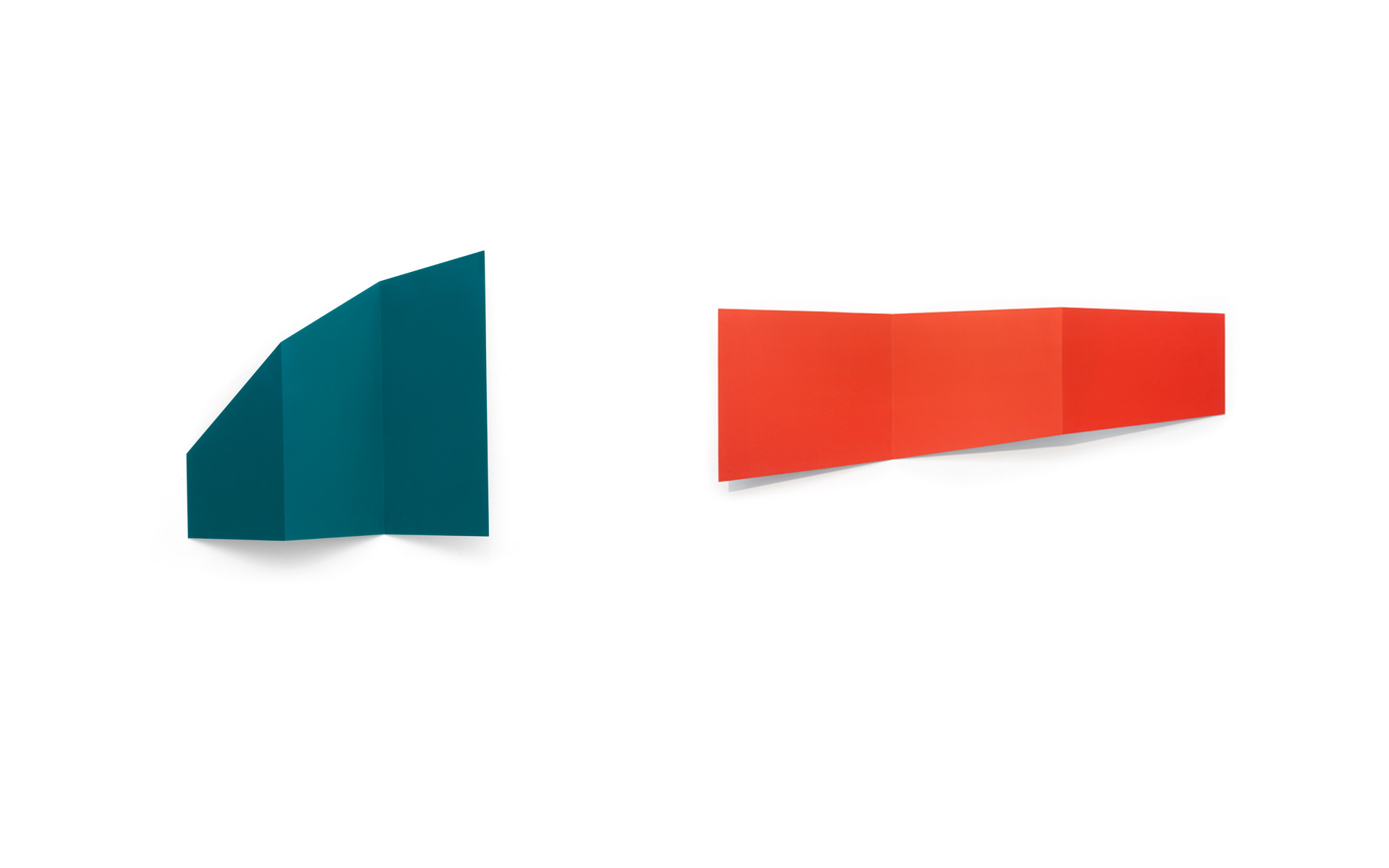 left: FALTUNG, 1992 Acrylic on steel 71.8 × 76 × 11.5 cm / right: MODES VIII, 1992 Acrylic on steel 50 × 150 × 12 cm - Photos: Christoph Valentien
